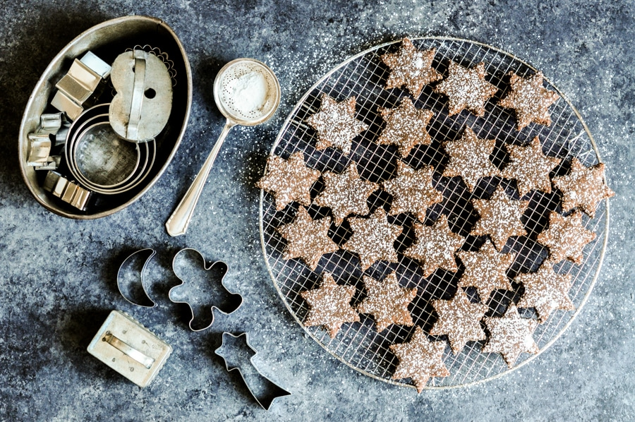 cinnamon chocolate star cookies zimtsterne with icing sugar