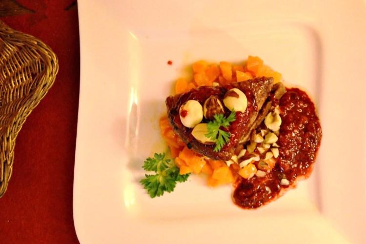 Pierś kaczki na smażonej marchewce z sosem malinowym i karmelizowanymi orzeszkami – w skrócie Kaczka Dziwaczka :)