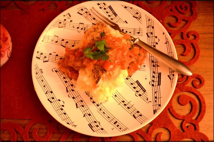Łosoś w paprykowej salsie na ziemniaczanym piurre