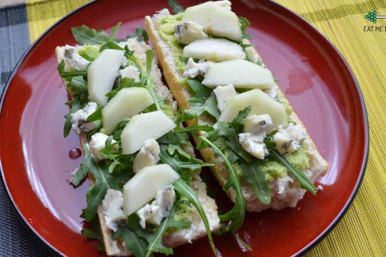 Bagietka z gorgonzolą, awokado i gruszką
