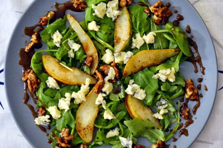 Sałatka z rukolą, gorgonzolą i  karmelizowaną gruszką w orzechowo-miodowym dressingu
