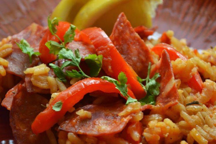 Paella z chorizo i serrano,  z zapiekaną papryką i szafranem