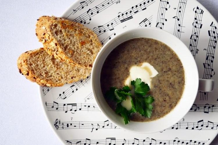 Zupa krem z pieczarek z czosnkiem, cebulą i pietruszką