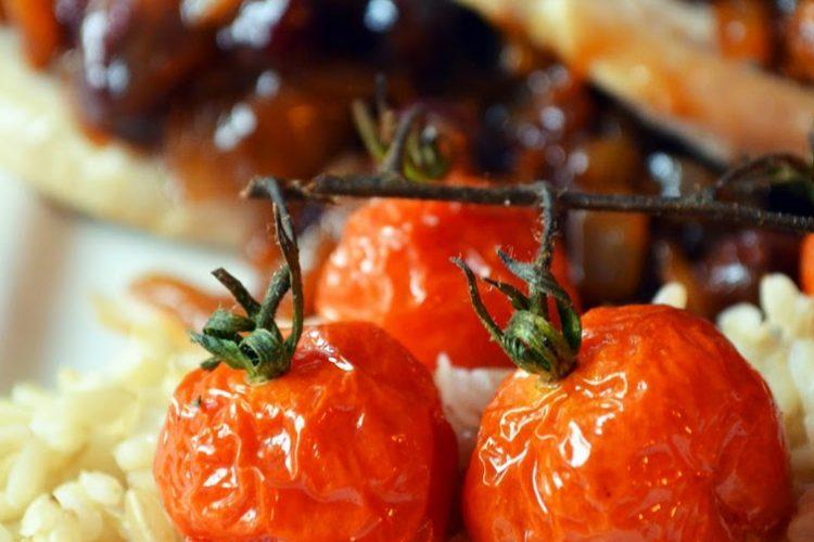 Filet z indyka z żurawinowo-cebulowym sosem, ryżem i pieczonymi pomidorkami koktajlowymi