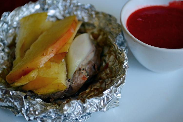 Grillowana wątróbka drobiowa z jabłkami i sosem malinowym