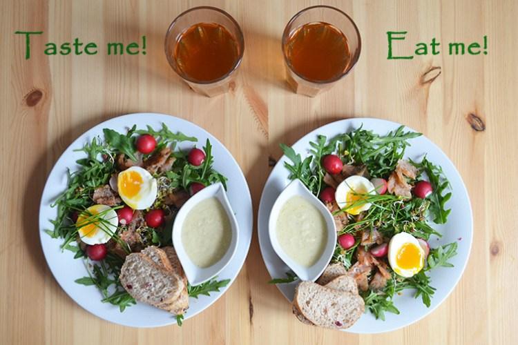 Sałatka wiosenna z rukolą, łososiem, jajkiem i kiełkami w dressingu jabłkowo-chrzanowym
