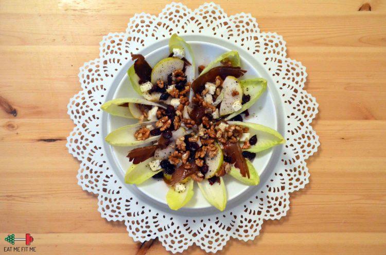 Chrupiąca sałatka z szynką szwarcwaldzką, gruszką, serem, orzechami i cykorią w sosie miodowo-cytrynowym