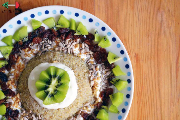 Śniadanie biegaczki, czyli komosa ryżowa (Quinoa) z kiwi, rodzynkami i orzechami