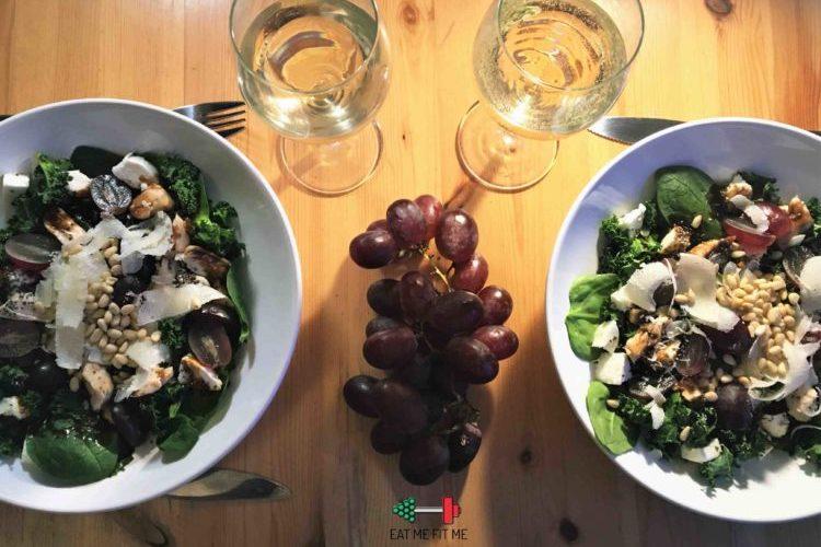 Sałatka z kurczakiem, jarmużem i winogronami w chrupiącej posypce z nasion chia i orzeszków piniowych
