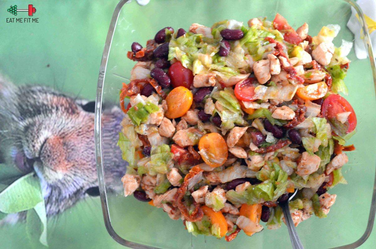 """Odchudzona """"sałatka gyros"""" z kurczakiem i suszonymi pomidorami"""