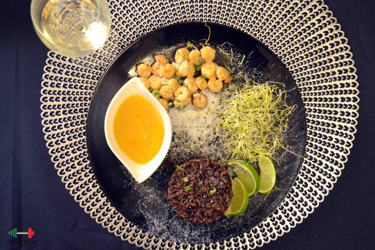 Krewetki z pikantnym musem z mango pod kokosowym puchem