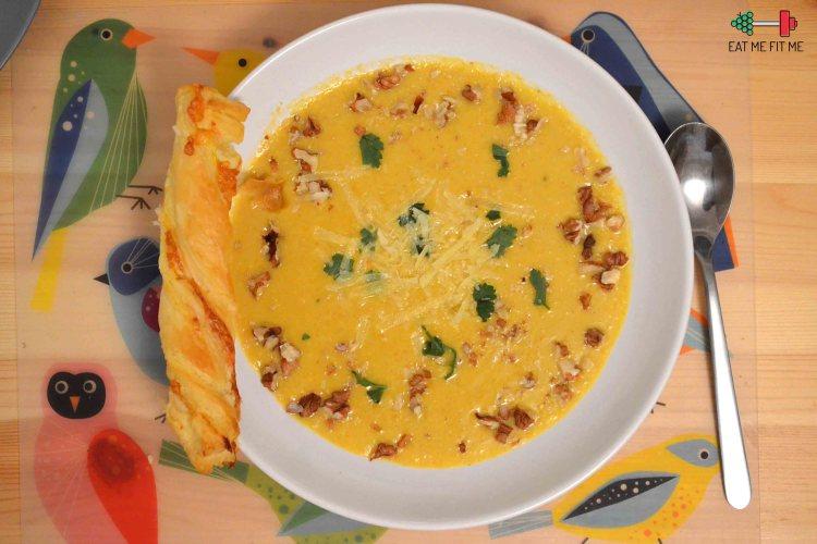 Kremowa zupa serowa z chrupiącymi orzechami włoskimi i pietruszką