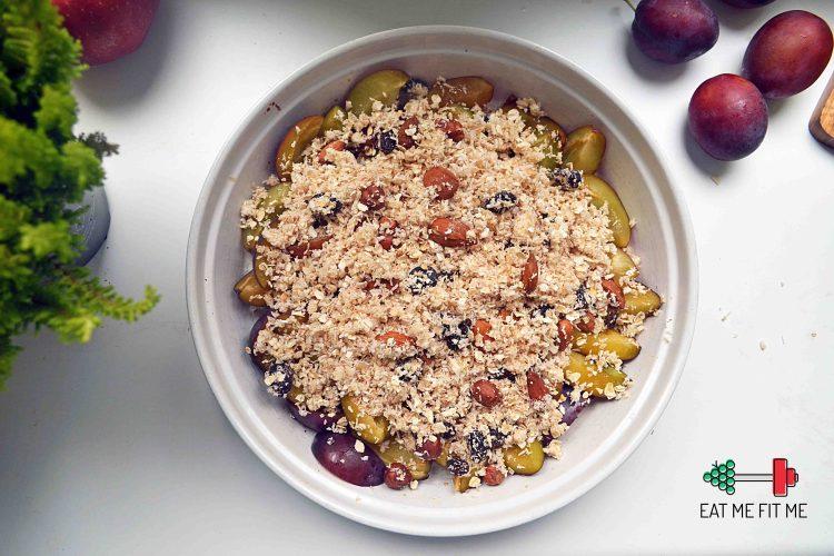 Śliwki pod aromatyczną kruszonką z płatków owsianych i orzechów – pomysł na fit śniadanie lub zdrowy deser