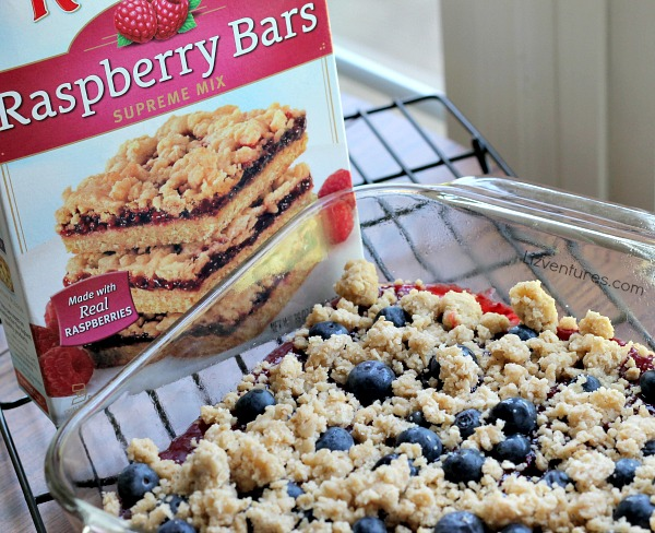 sprinkle blueberries over raspberry filling then crumble crust