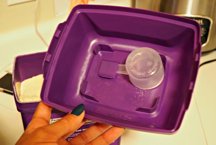 EAS 100% Whey scoop in lid