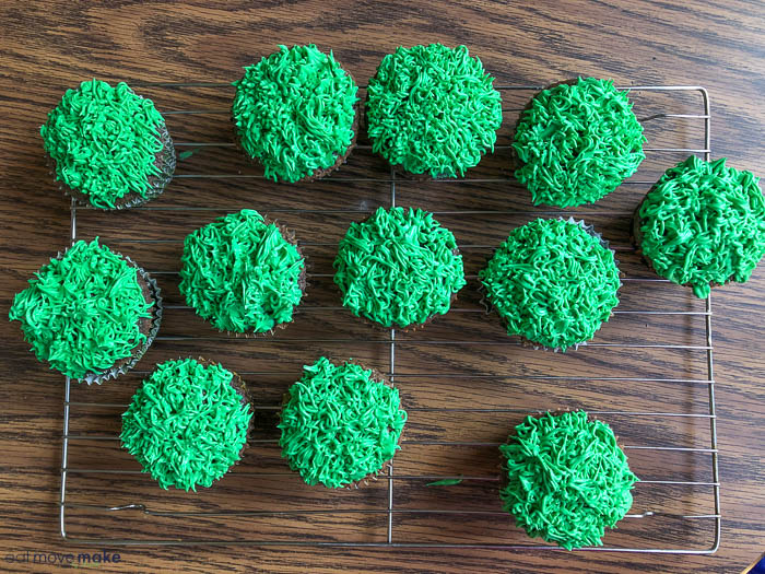 jungle grass decorated cupcakes