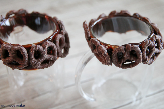 hot fudge lined mugs with pretzels