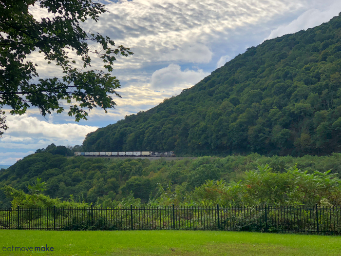 train entering Horseshoe Curve