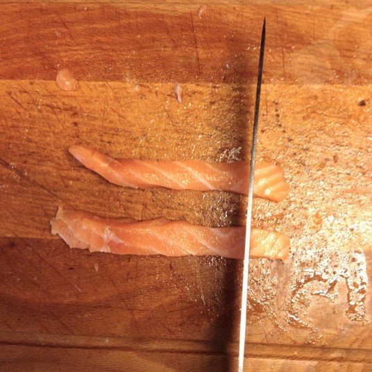 Découpage de lamelles de saumon