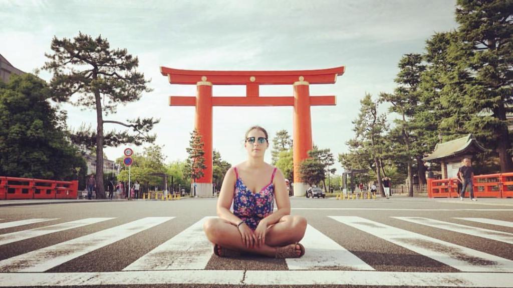 Eatmytravel à Kyoto pose sous le Heian Shrine