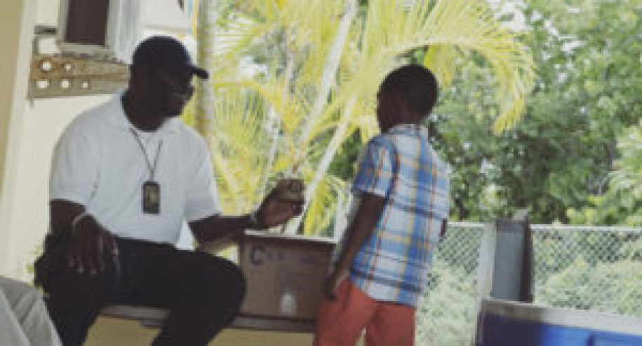 Des banaméens à l'aéroport de Mangrove Cay sur l'île d'Andros