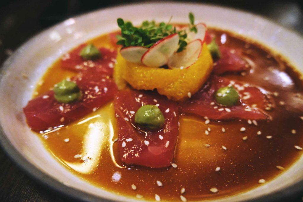 Tiradito Nikkei : thon, marinade soja et jus d'agrumes, mousse d'avocat, huile de sésame