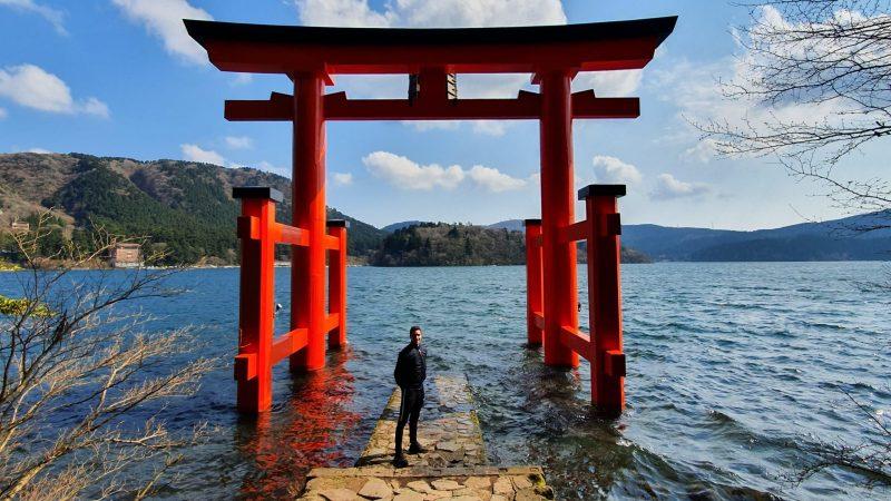 Rayan au Japon devant un tori sur l'eau