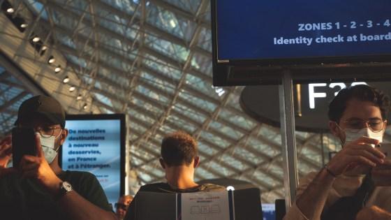 Personnes qui attendent leur vol à l'aéroport