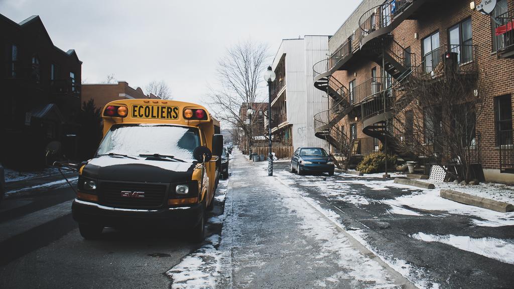 La ville de Montréal enneigée avec un bus scolaire