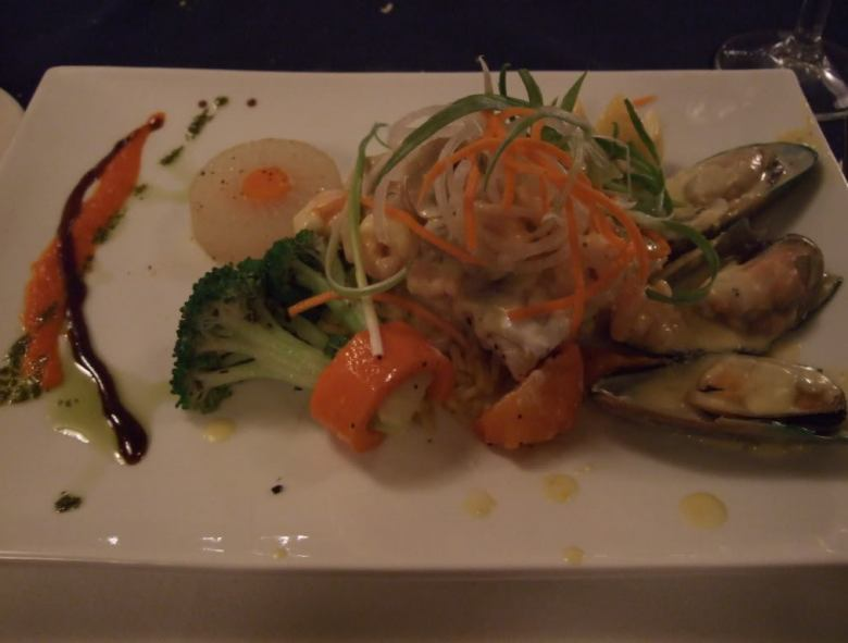 Steveston Seafood House: Halibut with mussels and shrimp