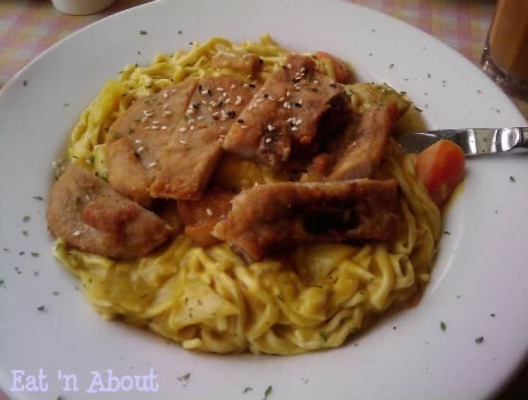 Seventh Heaven Cafe: Chinese thick noodle (yee-meen) in Portuguese sauce and Pork Chop