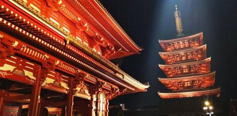 。東京 淺草。夜訪雷門 金龍山淺草寺,晚上加上燈光及彩繪,有著不一樣的感覺。