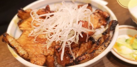 。北海道 札幌。 JR札幌駅必吃美食-十勝豚丼いっぴん,像是銀之匙裡的美食,親民好吃的豚丼