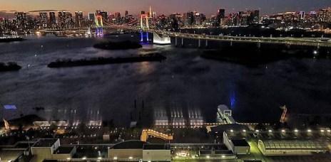 。東京 台場。富士電視台:看著彩虹大橋與東京鐵塔的360度夜景,搭配富士山的夕陽,超美~