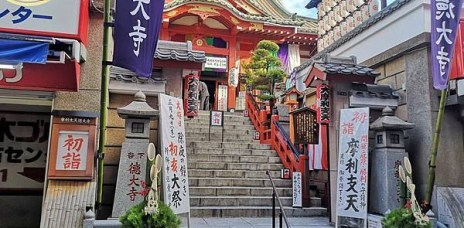 。東京 上野。摩利支天德大寺:在上野阿美橫町裡的人氣寺廟,祈願、購買御守或是動畫巡禮,都超適合^^