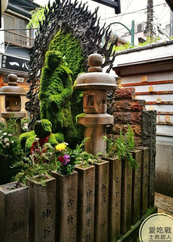 。大阪 景點。法善寺:灑盡煩惱的浴佛,朝不動明王灑水祈福。