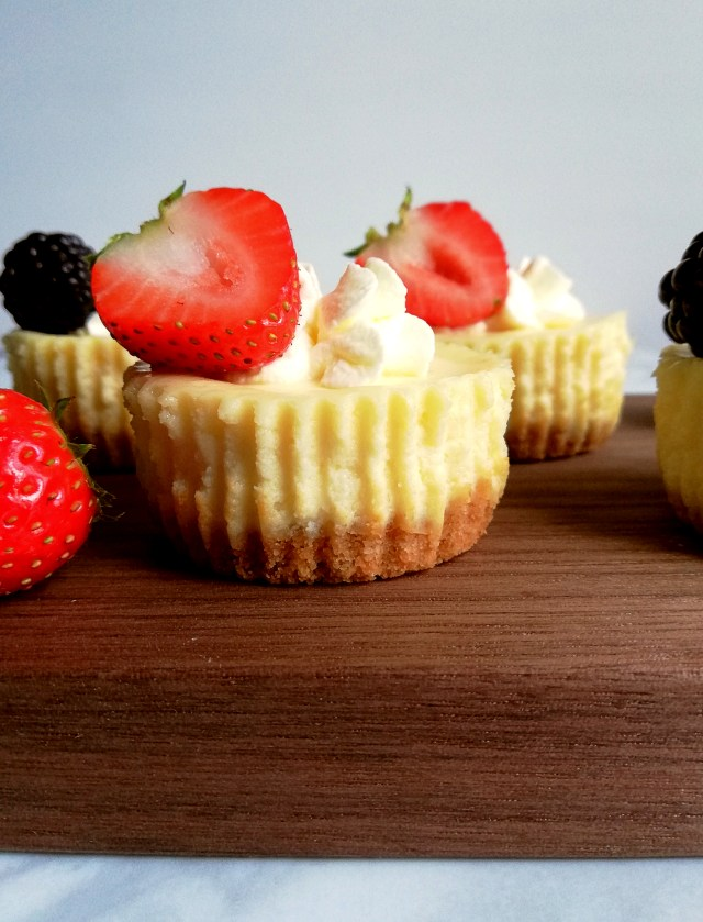 mini cheesecakes with strawberry side view