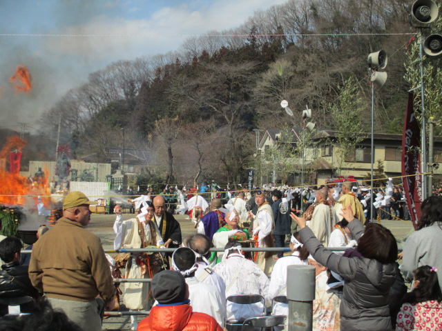 Yamabuzhi(山伏)/Mountain Acetic Hermit are throwing good luck charms which visitors are catching