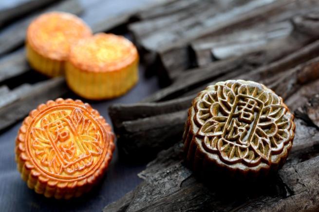 Sesame Lotus Single Yolk with Bamboo Ash Mooncake