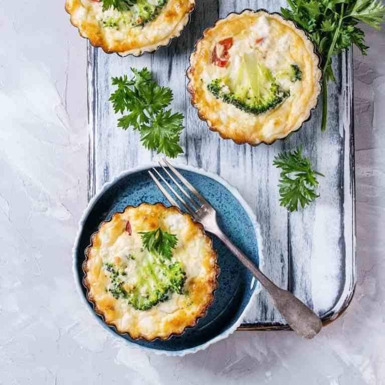 Mini gluten free crustless broccoli quiche bites. Crustless broccoli quiche. Crustless quiche. Crustless quiche recipe. Quiche with broccoli.