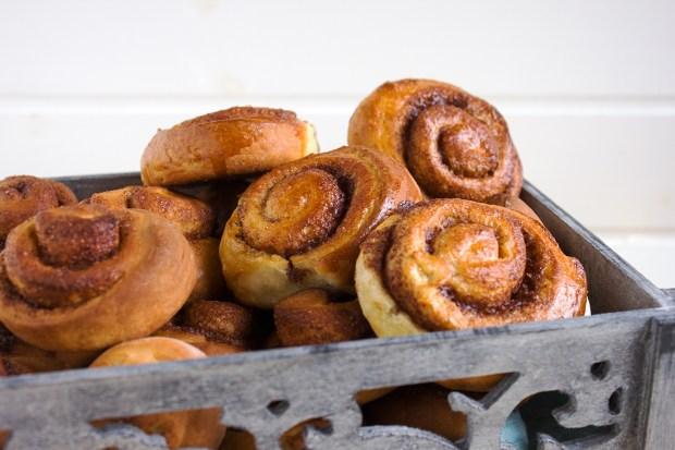 cinnamon rolls @eatyourselfgreek