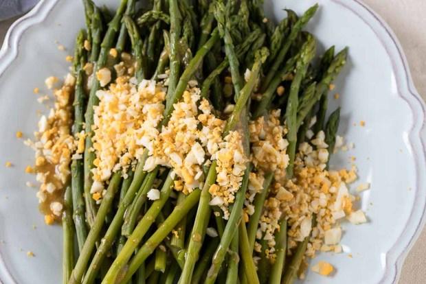 asparagus mimosa @eatyourselfgreek