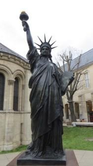 Statue à l'extérieur du musée des Arts et Métiers