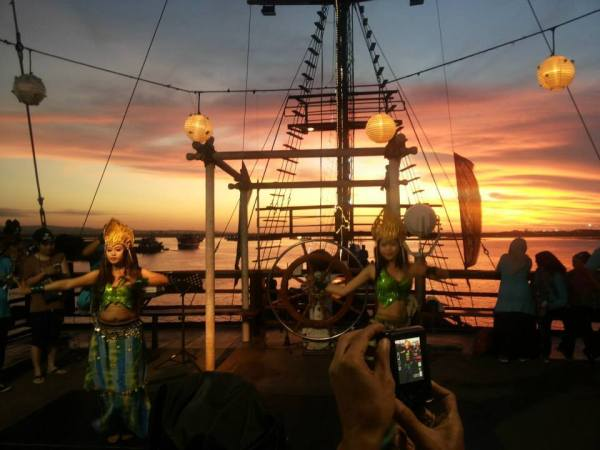 Pirate Dinner Cruise Bali Package