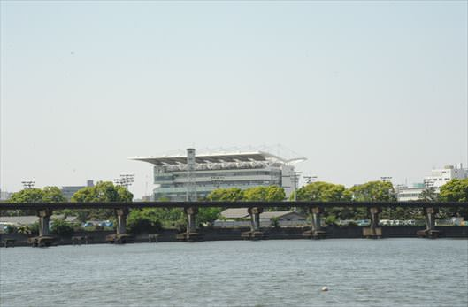 大井ふ頭海浜中央公園から望む大井競馬場メインスタンド_R