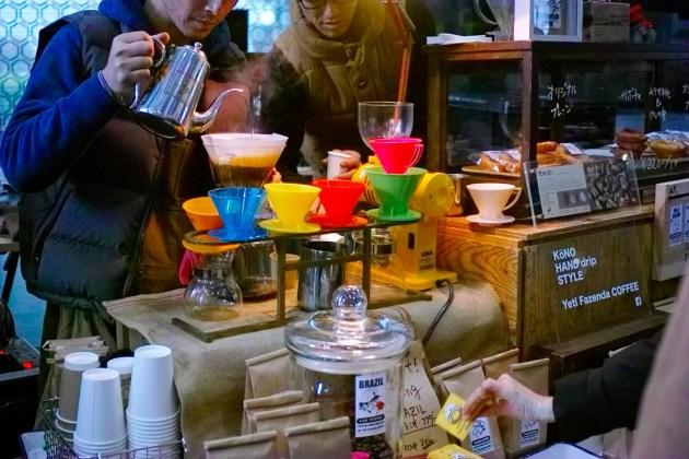 バリスタがコーヒー注ぐところ