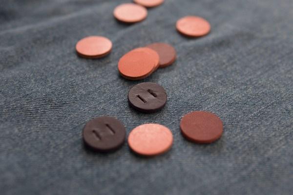革のボタン