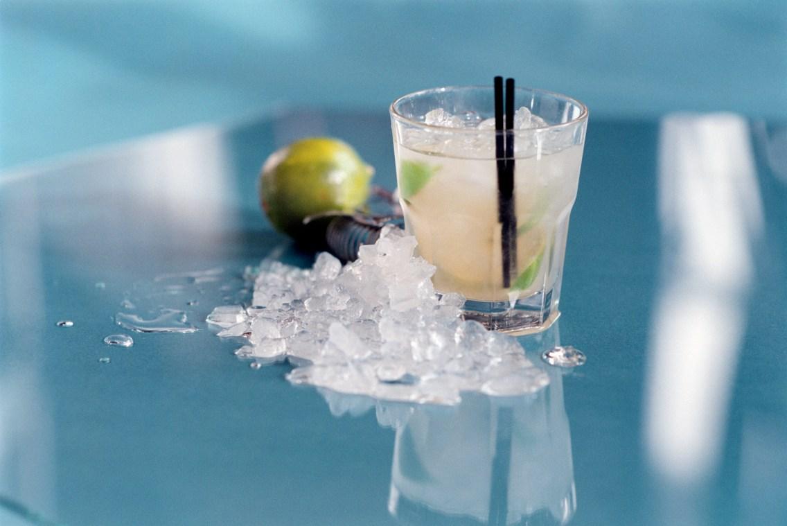 CAIPIROSKA - Cocktailen saknar karaktären hos den cachaça-baserad Caipirinhan.