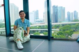 my-wife-inside-the-singapore-flyer