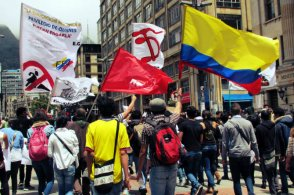 Con silbatos, cántos y tambores los estudiantes marcharon desde la Universidad Nacional hasta la Plaza de Bolívar.